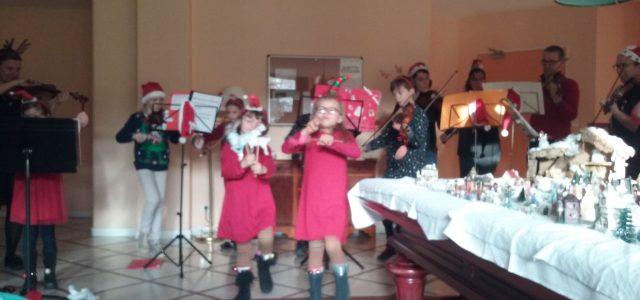 les petits musiciens de l'AMA viennent partager les chants de Noël